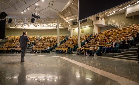 Dne otevřených dveří na FPH se zúčastnilo přibližně 600 zájemců o studium